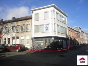 Praktische en ruime hoekwoning gelegen aan de rand van het centrum met oa.: 2 slaapkamers, bureau en een garage. Inkomhal met sas (glazen deur), vesti
