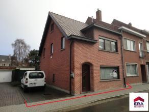 Gezellige 3-gevelwoning met oa.: 3 slaapkamers, tuin en ruime garage, gelegen in Mechelen-Zuid. Indeling: Gelijkvloers: Inkomhal met trap en plaats vo