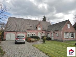 Residentieel gelegen, stijlvolle villa met oa: aparte praktijkruimte, dubbele garage en prachtig aangelegde tuin. Deze villa werd gebouwd in 1978 en w