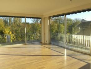 Dans un environnement unique, et dans une résidence de ht standing en bord de Meuse, avec concierge, lumineux appartement de coin (gauche) plei