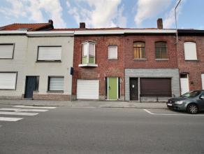 Maison mitoyenne avec garage comprenant : Au rez-de-chaussée : Garage 1 voiture avec porte sectionelle électrique, hall d'entrée