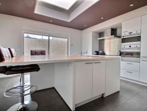 MOUSCRON - jolie maison d'angle : - Rez : hall d'entrée, salon/salle à manger (40 m²), cuisine équipée (four, MO, taq