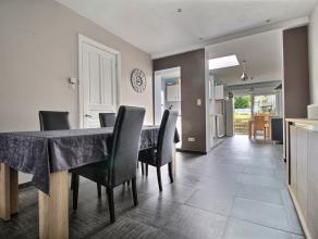 Maison lumineuse rénovée : Rez-de-chaussée : hall d'entrée, living (30m²), cuisine semi-équipée, salle