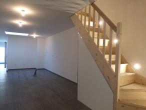 A proximité du centre de Mouscron, superbe maison entièrement rénovée. Sous-sol: une cave saine. Rez-de-chaussée: h