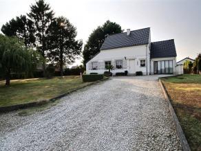 HERSEAUX, jolie villa comprenant : Rez : hall, wc, living avec feu au bois (35 m²), buanderie (8 m²), cuisine équipée (taques
