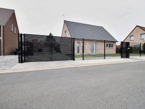Belle maison 4 façades de 2012 à Mouscron, comprenant : Rdc : hall, WC, chambre (14m² avec lavabo et douche), living (30m²), c