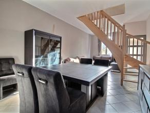 MOUSCRON, maison entre pignons entièrement rénovée comprenant : - Rez : hall d'entrée, living (25 m²), cuisine &eacut