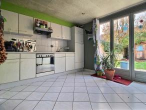 MOUSCRON : - Rez : hall (2m²), living (+/- 30 m²), cuisine (taque vitrocéramique, hotte, meubles, évier simple, four non fonct