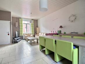Maison 2 façades comprenant : Rez : hall d'entrée, séjour (salon/salle à manger), cuisine équipée (taques au