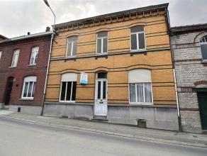 Superbe maison de style bourgeoise à rénover, situé à Luingne proche des commerces et de la place : - Sous-sol : cave - Re