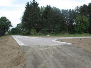 Rustig en landelijk gelegen in nieuw aan te leggen doodlopende wegenis. Centrale ligging op +/- 1400 meter van het centrum van Emblem met bushalte aan