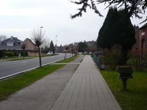 Twee op maat te bouwen, centraal gelegen, halfopen bebouwingen. Het centrum van Broechem met onder meer: gemeentehuis, supermarkt, zwembad, park en sc