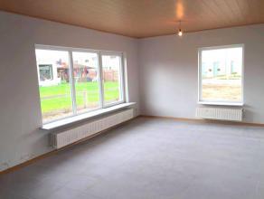 Deze gezellige bungalow werd recent gerenoveerd. De woning omvat een ruime living, geïnstalleerde keuken, bijkeuken, 3 slaapkamers en een badkame