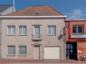 Deze ruime woning bevindt zich in het hartje van Nevele. De woonst omvat naast een ruime living en ingerichte keuken, 4 ruime slaapkamers. De zolderru