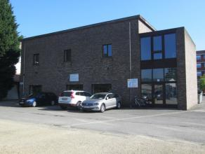 Betreft 330 m² kantoorruimte gelegen op deeerste verdieping. Aangename inkomhal met stalen trap.  Gebouw heeft industriële uitstraling