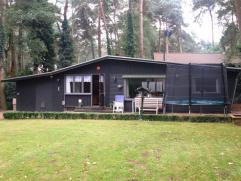 Vergunde chalet met 1 à 2 slpks op 687m² in erkende weekendzone. Zeer rustig gelegen in een bosrijke omgeving. EPC 780 kWh/m², (vg, g