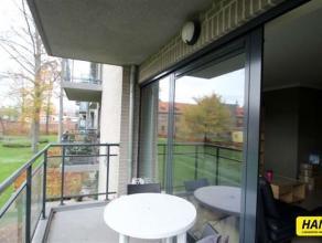 Prachtig recent gelegen appartement in een groene omgeving. Indeling: Inkomhal van 4m². Ruime woonkamer van 60m² op parket. Open keuken van