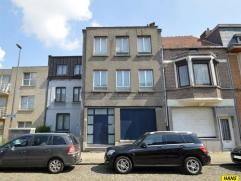 Charmante woning met 3 slpks en koer van 36m² (NO). Inkomhal van 14m² met doorgang naar winkel van 32m² beiden op tegel met achterkamer