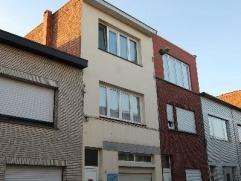 Woning met 3 slaapkamers met groot magazijn van 210m² in een rustige straat te Deurne.  Op de gelijkvloers vindt men het magazijn met een elektri