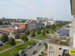 Ruim appartement van 95m² met 2 slaapkamers op de hoogste verdieping van een gebouw van 6 hoog. Indeling: inkomhal met vestiaire en apart toilet