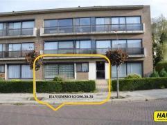 Prachtig gelegen gelijkvloers appartement van 90m² met 3 slpks., tuin en garagebox in een gebouw van 2 hoog met. Inkomhal van 8m² op laminaa