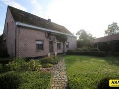 Zeer charmante villa met 4 slpks., tuin (ZW) en garage met een bew. opp. van 260m² op een perceel van 672m². Ruime inkomhal van 9m² met