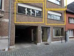 Centraal gelegen app. van 80m² met 2 slpks en terras van 5m² op het 1ste & 2de verdiep in een gebouw van 2 hoog. Het appartement is gele