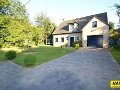 Prachtige villa (2003) met 4 slpks., veranda, grote tuin, 3 badkamers en garage met een bew. opp. van 185m² op een perceel van 750m². Inkomh