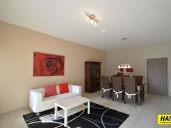 Mooi afgewerkt appartement van 95m² met 2 slpks, en autostaanplaats. Het appartement bevindt zich op het 1ste verdiep in een gebouw van 3 hoog in