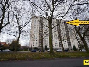 Ruim appartement van 90m² met 2 slaapkamers gelegen op de 14de verdieping in een gebouw van 15 hoog met prachtig zicht van Antwerpen. Woonkamer v