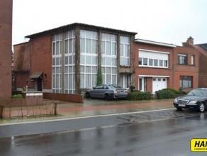 Gerenoveerde halfopen bebouwing met 4 slpks., stadstuin, dakterras en garage met een bew. opp. van 175 m² op een perceel van 267 m². Inkomha