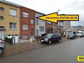 Zeer centraal gelegen woning met 4 slpks., terras van 25m² met een bew. opp. van 155m² op een perceel van 190m². Indeling: Gelijkvloers