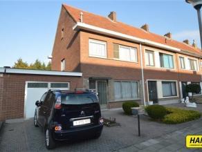 Mooie eensgezinswoning (HOB) met 3 slpkrs, tuin en garage, met een bewoonbare opp. van 140m² op een perceel van 280m². Indeling: gelijkvloer