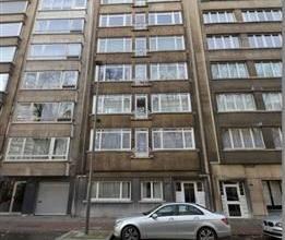 Ruim appartement van 130m² met 3 slaapkamers en 2 terrassen op de 7de verdieping van een gebouw van 7 hoog. Inkomhal van 9m² op parket. Leef