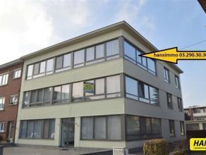 Instapklaar appartement van 85m² met 2 slpkrs en terras in rustige wijk. Indeling: inkomhal van 6m² op parket. Living van 40m² op parke