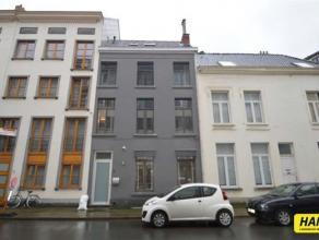 Klein beschrijf mogelijk. Prachtig gerenoveerd centraal gelegen woning op een Topligging vlakbij het zuid, de oude stad en de Leien. Inkom van 9m&sup2