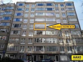 Ruim gemeubeld appartement van 120m² met 2 slaapkamers op de 4de verdieping van een gebouw van 8 hoog. Hall van 20m² op tegel met talrijke i
