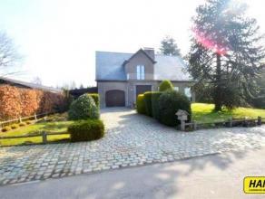 Prachtige villa met 4 slpks., veranda, grote tuinen garage met een bew. opp. van 210m² op een perceel van 1845m². Inkomhal van 10m² op