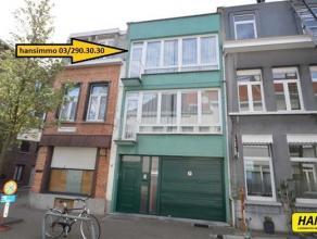 Bel - etage woning met vele mogelijkheden met een bewoonbare opp. van 179m² op een perceel van 63m² met 3slpkrs en garage. Indeling: gelijkv