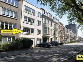 Ruim appartement van 115m² met 2 slaapkamers en veranda, tuin. Indeling: Inkomhal van 11m² op tegels met vestiaire. Leefruimte van 32m²