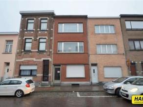 Woning opgesplitst in duplex appartement en appartement met bw.opp. van 161m². Inkom van 9m² op stenen vloer. Indeling appartement 1: Woonka