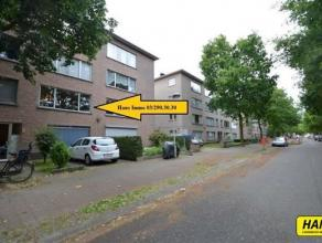 Rustig gelegen appartement van 85m² met 2 slaapkamers, garage en een ruime tuin. Indeling: Inkomhal van 6m² op parket. Leefruimte van 33m&su