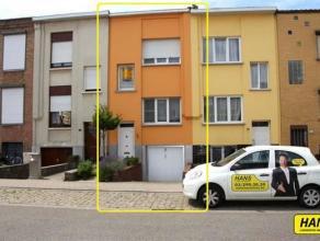 Instapklare woning met 3 slaapkamers en een prachtige tuin van 135m². Indeling: Inkomhal 3m² met trap naar leefruimte of garage. Leefruimte
