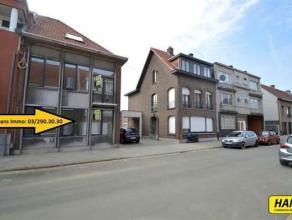 Gerenoveerd gelijkvloers appartement van 55m² met 1 à 2 slaapkamers en een groot terras! Gemeenschappelijke inkomhal. Leefruimte van 20m&s