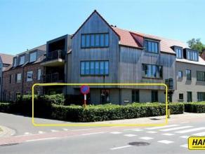 Prachtig nieuwbouw appartement (2012) op het gelijkvloers met 2 slaapkamers en een terras van 18m². Indeling: Inkomhal van 6m² op tegels met