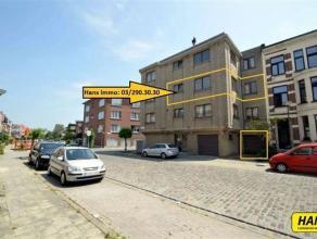 Appartement van 70m² met 2 slaapkamers en 1 garage in een zeer rustige buurt. Inkomhal van 5m² op laminaat. Leefruimte van 25m² op lami