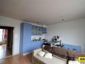 Mooi dakappartement van 50m² met 1 slaapkamers en groot terras. Indeling: Inkomhal van 3m² op laminaat. Leefruimte van 35m² op laminaat