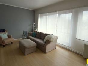 Ruim appartement van 83m² met 2 slaapkamers, terras en kelder Indeling: Inkomhal van 5m².  Leefruimte van 27m² op parket. Keuken van 8m