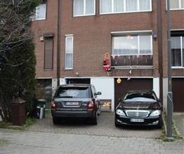 Prachtige bél-etage met 5 slaapkamers en grote tuin in een rustige wijk. Indeling: Inkomhal van 11m² op tegels. Aparte wc van 1m² op