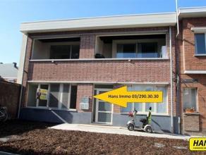 Gelijkvloers appartement uit vernieuwbouwproject met ruime tuin. Indeling: Leefruimte van 34m² op parket met volledig uitgeruste open keuken. De